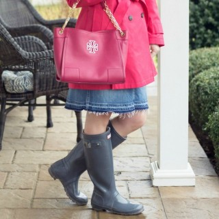 Rainy Day Outfit: Pink Trench + Denim Skirt with Hunter Boots
